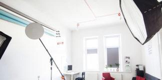Chcesz zostać fotografem? Zobacz w co wyposażyć swoje studio fotograficzne.
